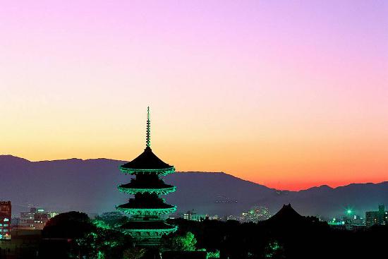 Ein schöner Tempel am Stadtrand im Abendrot visualisiert, dass es sich lohnt, vor dem Beginn der Arbeit darüber nachzudenken, wie man sie erledigen will.